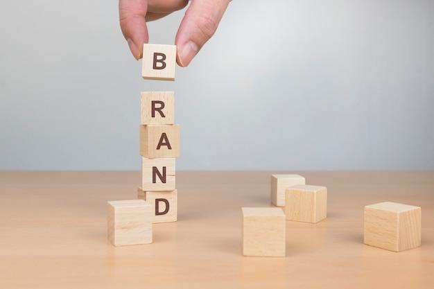 나무 블록에 쓰여진 브랜드 단어