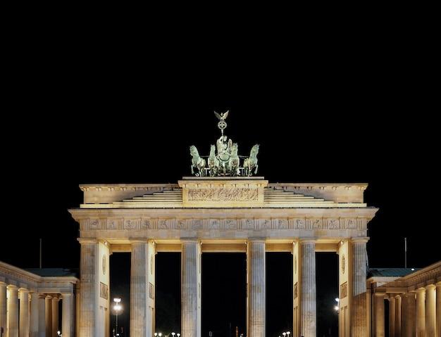 베를린의 밤에 브란덴부르크 문(brandenburg gate)