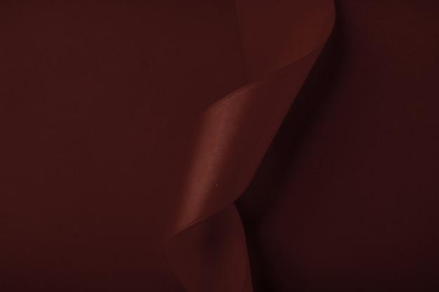 Брендинг праздников и роскошных брендов концепция абстрактной шелковой ленты на шоколадном фоне эксклюзивный люксовый ...