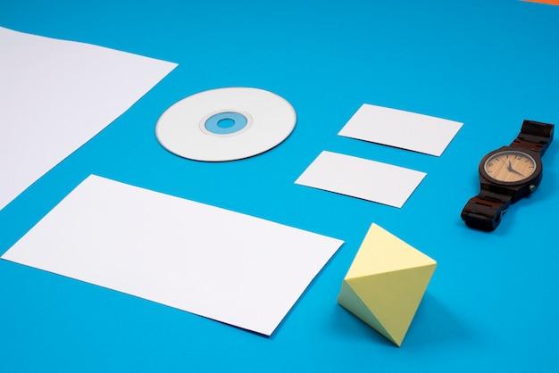 Фирменный макет с часами в синем макете