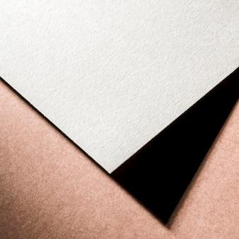 Брендинг белой фактурной бумаги под высоким углом