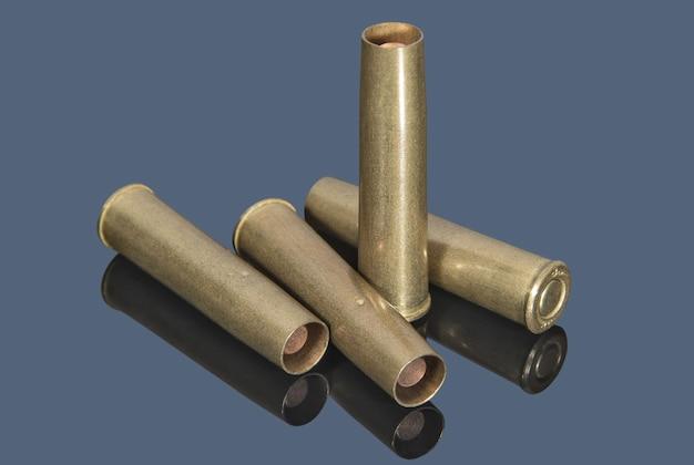 灰色の表面のリボルバー用の真ちゅう製の弾薬兵器と弾薬