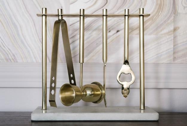 スタンドにぶら下がっている真鍮の台所用品