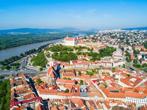 브라 티 슬라바 성 또는 브라 티 슬라브스키 흐 라드와 성 마틴 대성당 공중 파노라마보기. 브라 티 슬라바는 슬로바키아의 수도입니다.