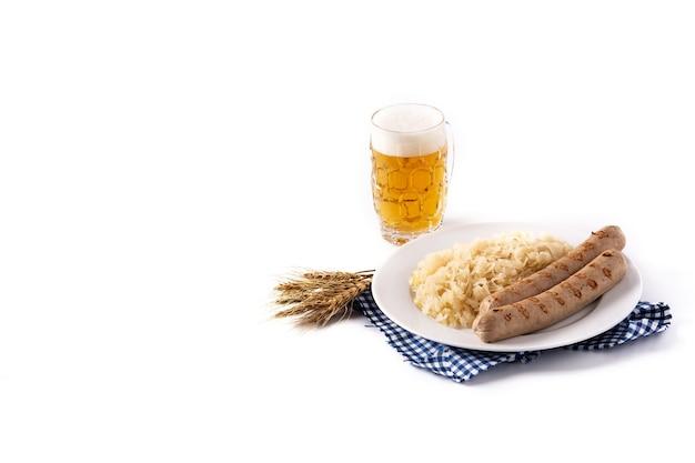 흰색 배경에 분리된 브라트부어스트 소시지, 소금에 절인 양배추, 프레즐, 맥주