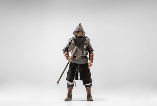Coraggioso cavaliere corazzato con armi professionali combattimenti isolato su sfondo bianco studio.
