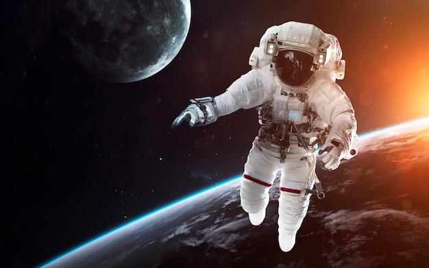 우주 유영에서 용감한 우주 비행사. 우주에있는 사람들. nasa에서 제공 한이 이미지의 요소