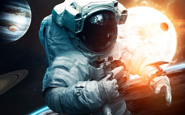 태양계 앞에서 용감한 우주 비행사. 우주에있는 사람들. nasa에서 제공 한이 이미지의 요소