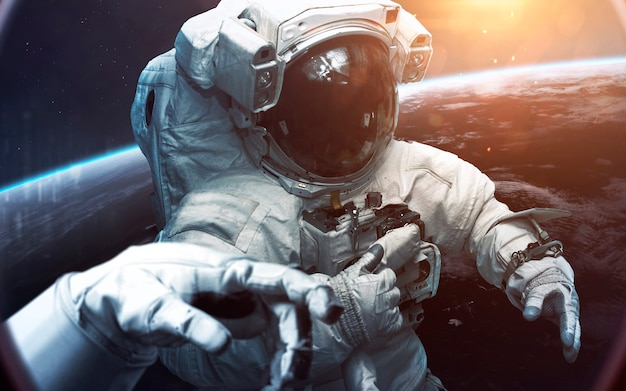 아름다운 푸른 지구를 바라 보는 용감한 우주 비행사. 우주에있는 사람들. nasa에서 제공 한이 이미지의 요소