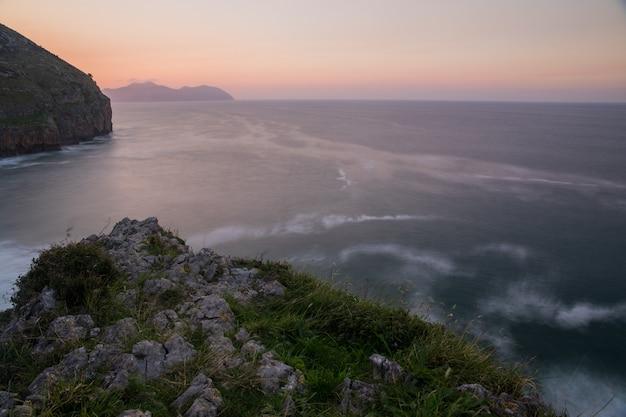 Храброе побережье из кантабрии рядом с городами сонабия, ориньон и исларес, в испании.