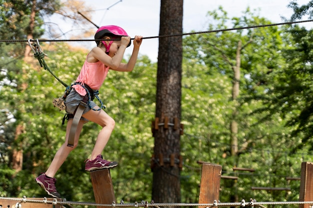 冒険公園で楽しんでいる勇敢な女の子