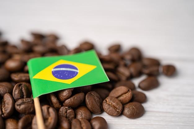 Флаг бразилии на кофейных зернах.