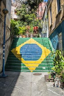 Флаг бразилии нарисован на лестнице на холме зачатия в центре рио-де-жанейро