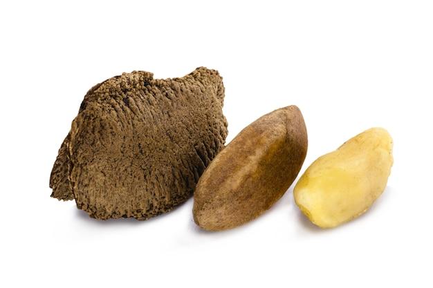 Бразильский орех, очищенный и очищенный, на белом фоне