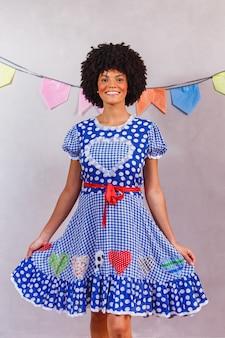 フェスタ ジュニーナの典型的な服を着たブラジルのアフロ女性