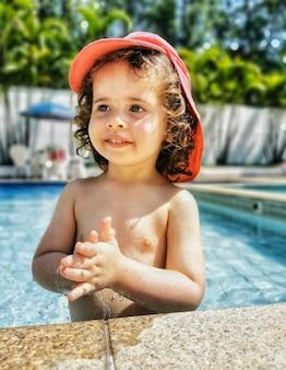 Бразильская девочка, играя в бассейне.