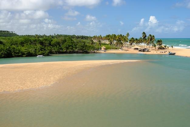 Бразильский пляж и ангров на пляже барра-де-камаратуба недалеко от жоао-песоа-параиба, бразилия