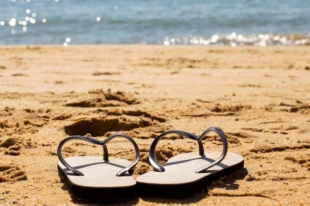 ブラジルのビーチコースト。砂と海のスリッパ。
