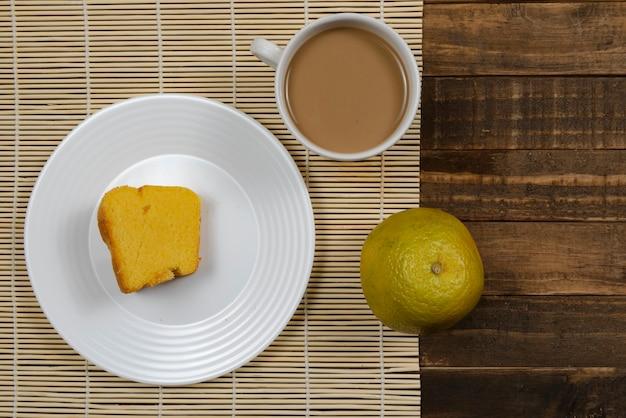 牛乳、コーンケーキ、オレンジフルーツとコーヒーとブラジルの朝食。