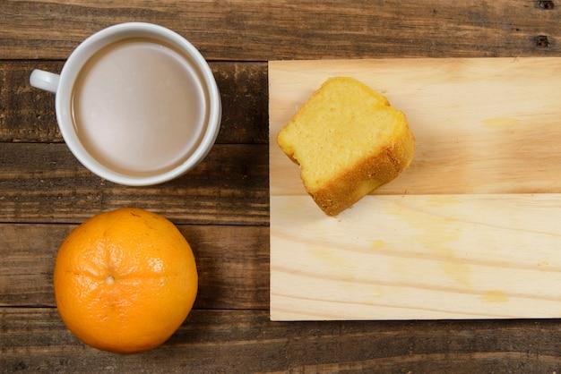 牛乳、コーンケーキ、スイカ、オレンジフルーツとコーヒーとブラジルの朝食
