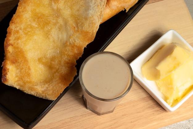 フランスのパンバターで焼いたパオナチャパとミルクとコーヒーピンガドのブラジル式朝食