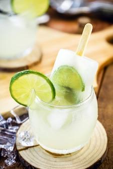 アイスキャンデーのブラジルのカイピリーニャ、レモンと砂糖で作られた典型的なブラジルのカクテル。