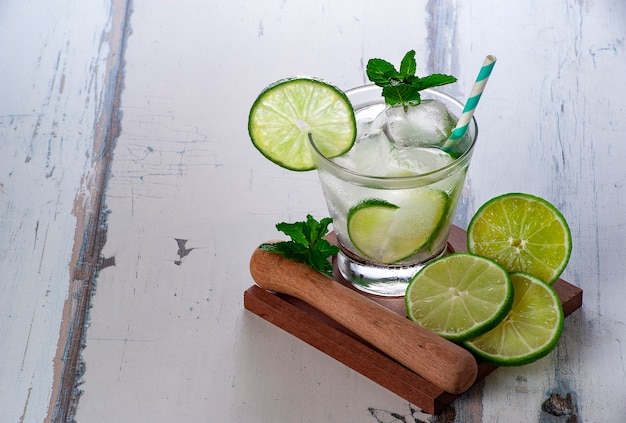 ブラジルのカイピリーニャまたはモヒートのアルコールカクテル、ライム、サトウキビウォッカカシャーサ、シュガーシロップ、レモンジュース、氷、コピースペース。
