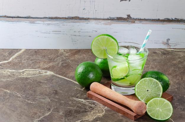 Бразильская кайпиринья, типичный бразильский коктейль из лимона, кашаки и сахара. традиционный бразильский напиток с копией пространства.