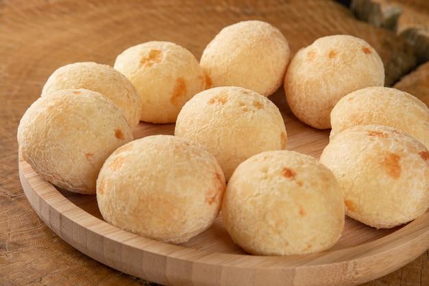 Бразильский сырный хлеб на деревянной тарелке на деревенской деревянной тарелке