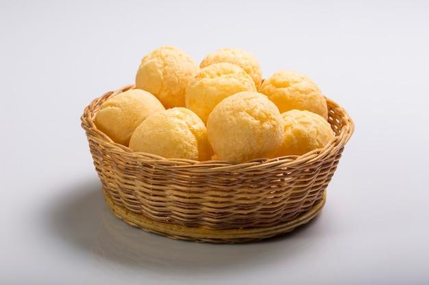 白い背景に分離されたブラジルのチーズパン「paodequeijo」