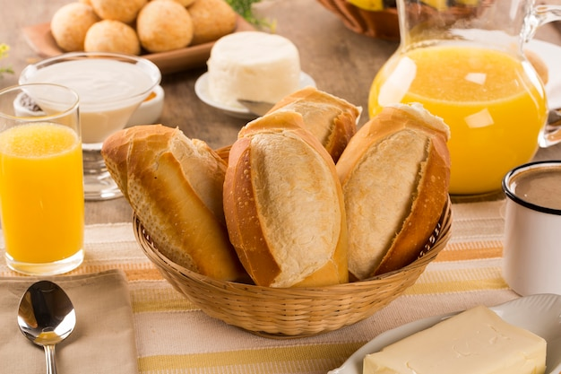 ブラジルのチーズパン。朝はチーズパンとフルーツのテーブルカフェ。