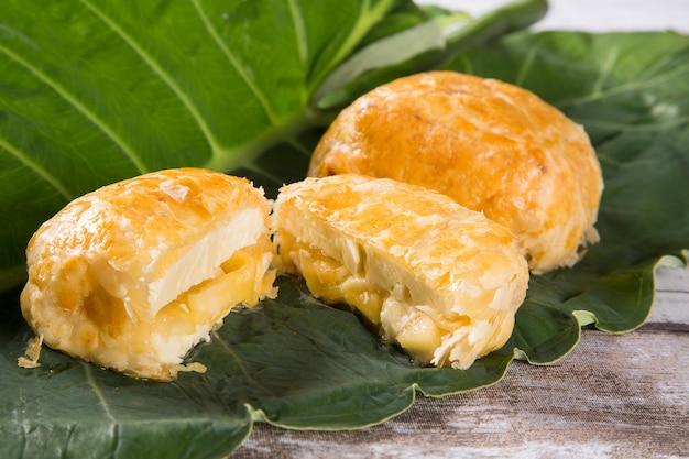 Бразильский сырный круассан с яблоком