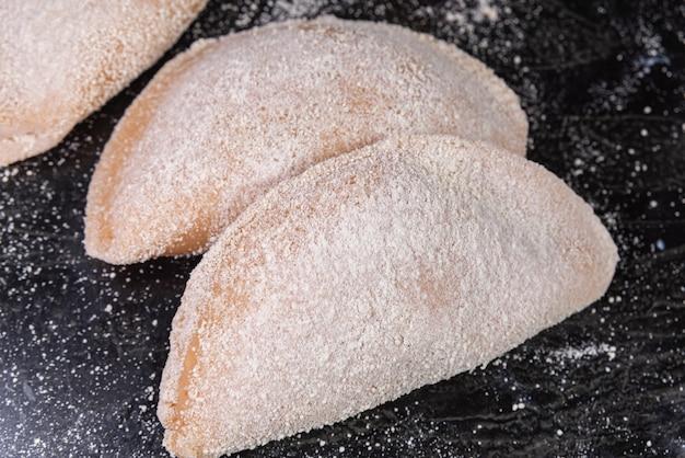 Pastello di pollo brasiliano in tavola