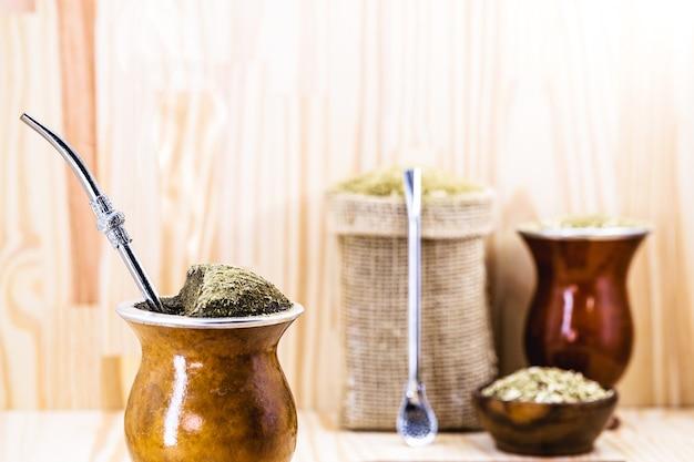 ブラジルのchimarrão、マテ茶の温かい飲み物、国の南部からの伝統的な注入