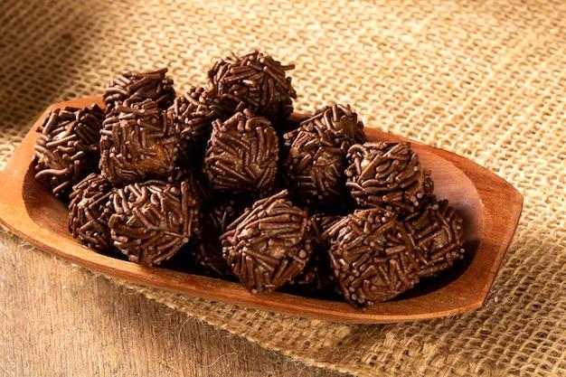 나무 테이블에 브라질 초콜릿 트뤼플 봉봉 brigadeiro.