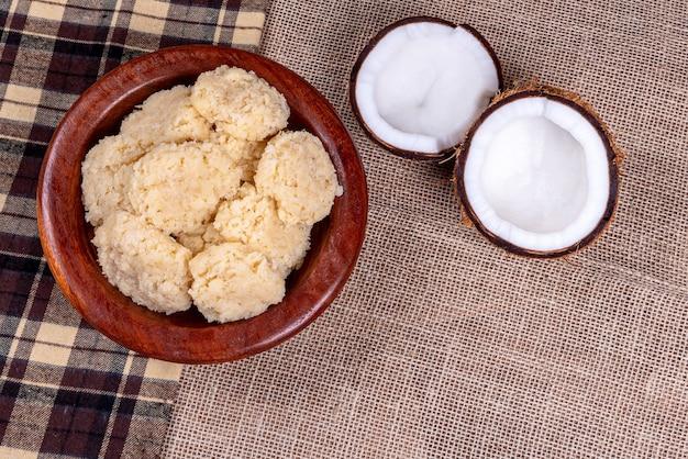 木製のテーブルにブラジルのココナッツキャンディ