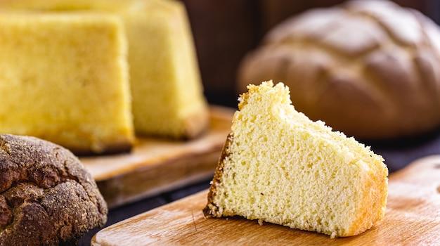 지역 축제의 전형적인 옥수수 가루로 만든 브라질 옥수수 케이크