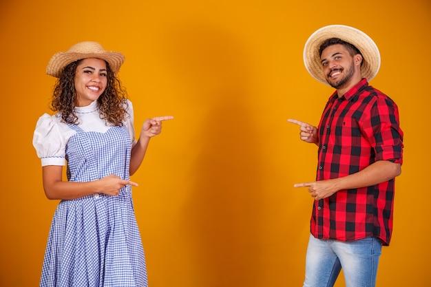 Бразильская пара в традиционной одежде для фестиваля festa junina
