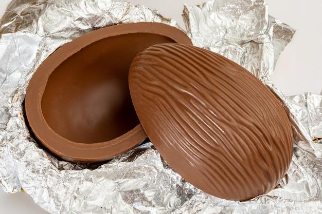 Бразильское пасхальное шоколадное яйцо, изолированное на белой поверхности. Premium Фотографии