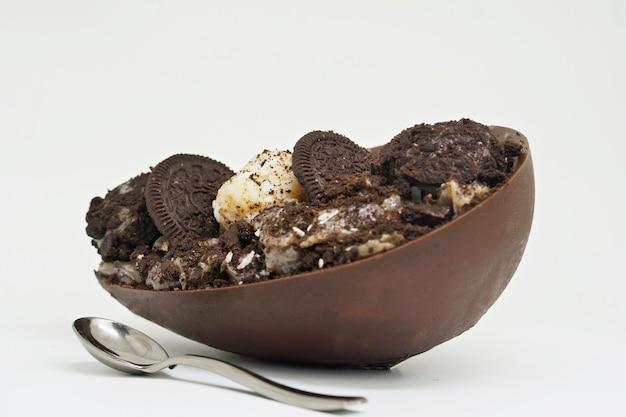 ブラジルのイースターデザートクリームを詰めたチョコレートの卵白い背景で隔離
