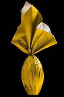 검은 벽에 노란색 종이에 싸서 브라질 easters 달걀