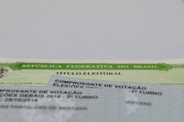 흰색 배경이 있는 브라질 선거 명칭 및 투표용지 브라질 유권자 직위 프리미엄 사진