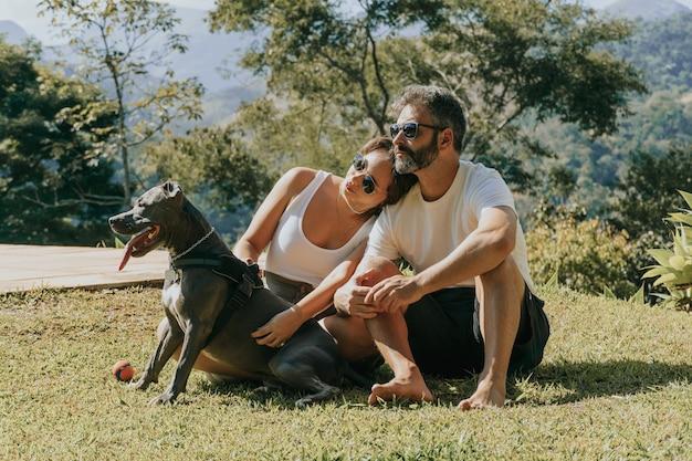 ペトロポリスの自然と山々を賞賛する男性と女性と犬によって形成されたブラジルの家族