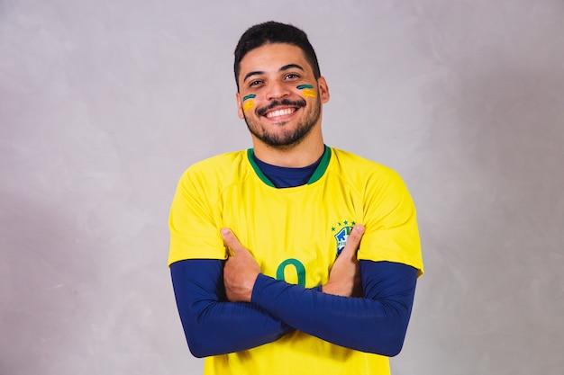 ワールドカップの衣装を着たブラジルのファン。ブラジルの服を着たブラジル人男性ファン