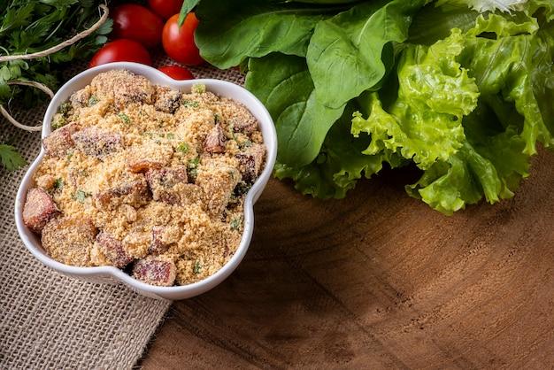 브라질 파로 파. 마니 옥 가루, 베이컨, 소시지로 만들었습니다.
