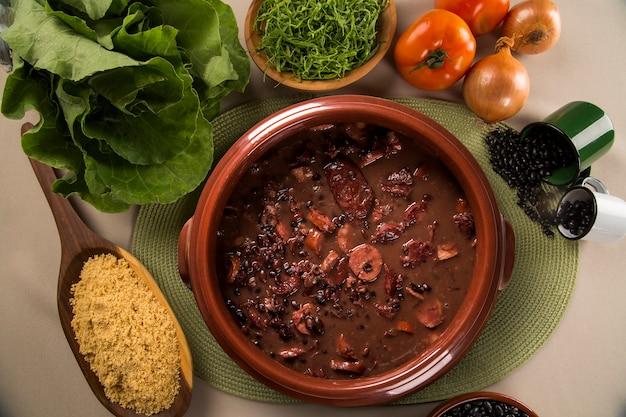 Бразильская еда фейжоада. вид сверху с копией пространства