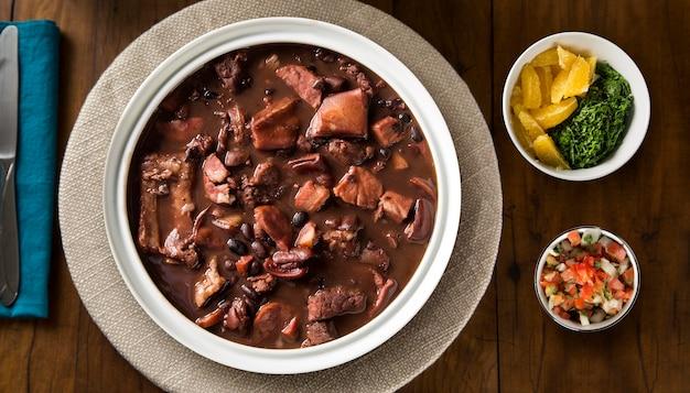 Бразильская еда фейжоада. вид сверху.