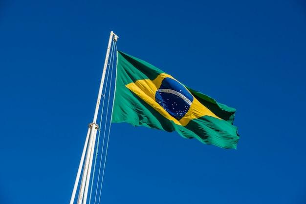 Бразильский флаг поднят с голубым небом