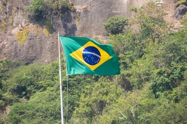 Бразильский флаг на открытом воздухе в городе рио-де-жанейро.