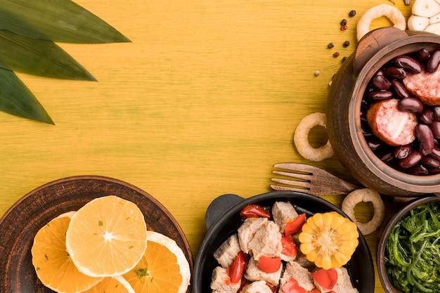 ブラジル料理のアレンジメントフラットレイ